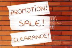 Brosse de rouleau ajoutant la peinture, avec la promotion des textes, vente, dégagement images stock