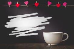 Brosse Drawed sur le fond et tasse avec l'espace de copie dans Valentine Photographie stock