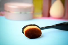 Brosse en bois faite en fibre naturelle pour appliquer le ton sur le fond d'une table cosmétique pour le maquillage pour des cons images stock