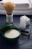 Brosse et lame et d'autres outils de rasage Images stock
