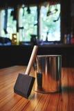 Brosse et vernis en bois de finissage Photographie stock libre de droits