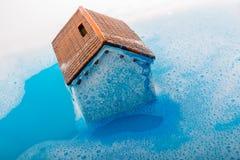 Brosse modèle de maison et de peinture dans l'eau mousseuse Photographie stock libre de droits