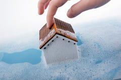 Brosse modèle de maison et de peinture dans l'eau mousseuse Images stock