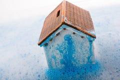 Brosse modèle de maison et de peinture dans l'eau mousseuse Photo libre de droits