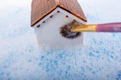 Brosse modèle de maison et de peinture dans l'eau mousseuse Photo stock