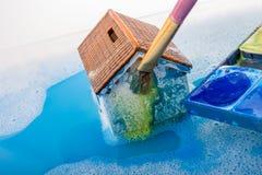 Brosse modèle de maison et de peinture dans l'eau mousseuse Image stock