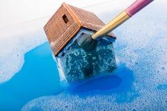 Brosse modèle de maison et de peinture dans l'eau mousseuse Images libres de droits