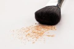 Brosse naturelle de maquillage avec la poudre beige Photos stock