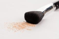 Brosse naturelle de maquillage avec la poudre beige Images libres de droits