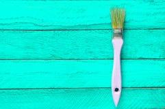 Brosse pour la peinture sur une table en bois de turquoise Tendance de minimalisme Concept d'art Vue supérieure photographie stock libre de droits