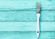 Brosse pour la peinture sur une table en bois de turquoise Tendance de minimalisme Concept d'art Vue supérieure Copiez l'espace photographie stock libre de droits