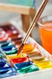 Brosse pour le plan rapproché et l'ensemble de peinture de peintures d'aquarelle Photos stock