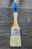 Brosse pour peindre sur la vue supérieure de conseil en bois Photo libre de droits