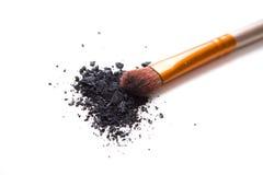 Brosse professionnelle de maquillage et fards à paupières lâches de poudre d'isolement Photographie stock libre de droits