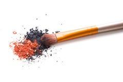 Brosse professionnelle de maquillage et fards à paupières lâches de poudre d'isolement Photo stock