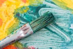 Brosse sale d'aquarelle sur la peinture colorée Photo libre de droits