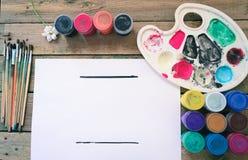 Brosse sur le fond en bois avec les peintures colorées photo stock