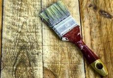 Brosse sur les planches en bois Images stock
