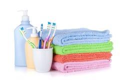 Brosses à dents, bouteilles de shampooing et essuie-main colorés Photographie stock libre de droits