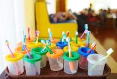 Brosses à dents colorées du ` s d'enfants Le groupe de la brosse à dents de bébé se préparent à l'utilisation avec des enfants Photographie stock