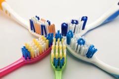 Brosses à dents colorées sur le fond blanc avec l'espace de copie Macro Photos libres de droits