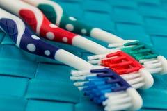 Brosses à dents colorées sur le fond bleu Photographie stock libre de droits