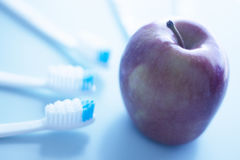 Brosses à dents et pomme dentaires Images libres de droits