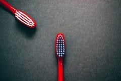 Brosses à dents sur un fond foncé Images stock