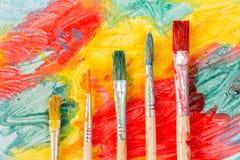 Brosses d'aquarelle et peinture colorée Photo stock