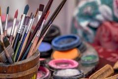 Brosses dans un récipient sur le bureau d'un peintre Photo stock