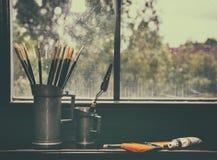 Brosses de l'artiste dans un vase Photo libre de droits
