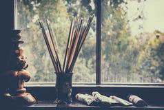 Brosses de l'artiste dans un vase Images stock