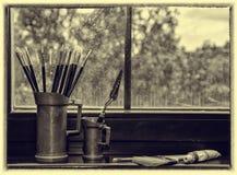 Brosses de l'artiste dans un vase image stock