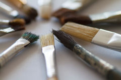 Brosses de l'artiste sur une table blanche Photographie stock libre de droits