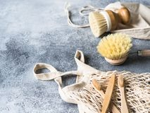 Brosses de lavage de plat, brosses à dents en bambou, sac réutilisable Concept de rebut zéro de mode de vie viable Nettoyez sans  image libre de droits