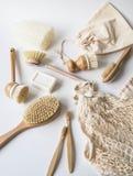 Brosses de lavage de plat, brosses à dents en bambou, sacs réutilisables Concept de rebut zéro de mode de vie viable Nettoyez san photo libre de droits