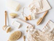 Brosses de lavage de plat, brosses à dents en bambou, sacs réutilisables Concept de rebut zéro de mode de vie viable Nettoyez san photo stock
