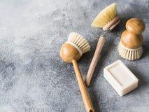 Brosses de lavage de plat, savon organique Concept de rebut zéro de mode de vie viable Nettoyez sans déchets Aucun objets en plas photos libres de droits