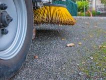 Brosses de machine de nettoyage de rue dans la route photo stock