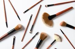 Brosses de maquillage d'isolement au-dessus du fond blanc Composition en cosmétiques photos libres de droits