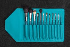 Brosses de maquillage dans une caisse bleue Images stock