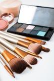 Brosses de maquillage et outils professionnels, produits de maquillage réglés Photo stock