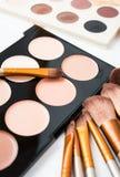 Brosses de maquillage et outils professionnels, produits de maquillage réglés Images stock