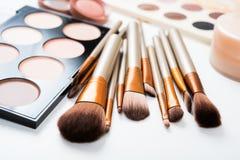 Brosses de maquillage et outils professionnels, produits de maquillage réglés Photographie stock libre de droits