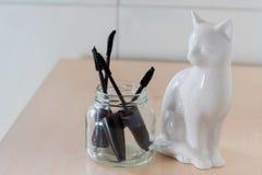 Brosses de mascara dans un pot en verre photo libre de droits