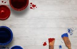 Brosses et boîte de couleur sur la table en bois avec l'espace libre pour le texte Images libres de droits