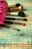 Brosses et hortensia de maquillage sur le backgro bleu en bois abstrait Image stock