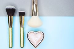 Brosses et ombres de maquillage sur un beau fond Photo stock