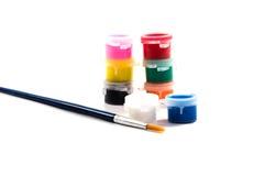 Brosses et peintures à peindre étendu Image stock
