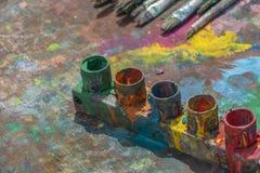 Brosses et peintures malpropres de lieu de travail sur un fond de palette Concept de dessin de bannière de cours d'art images libres de droits